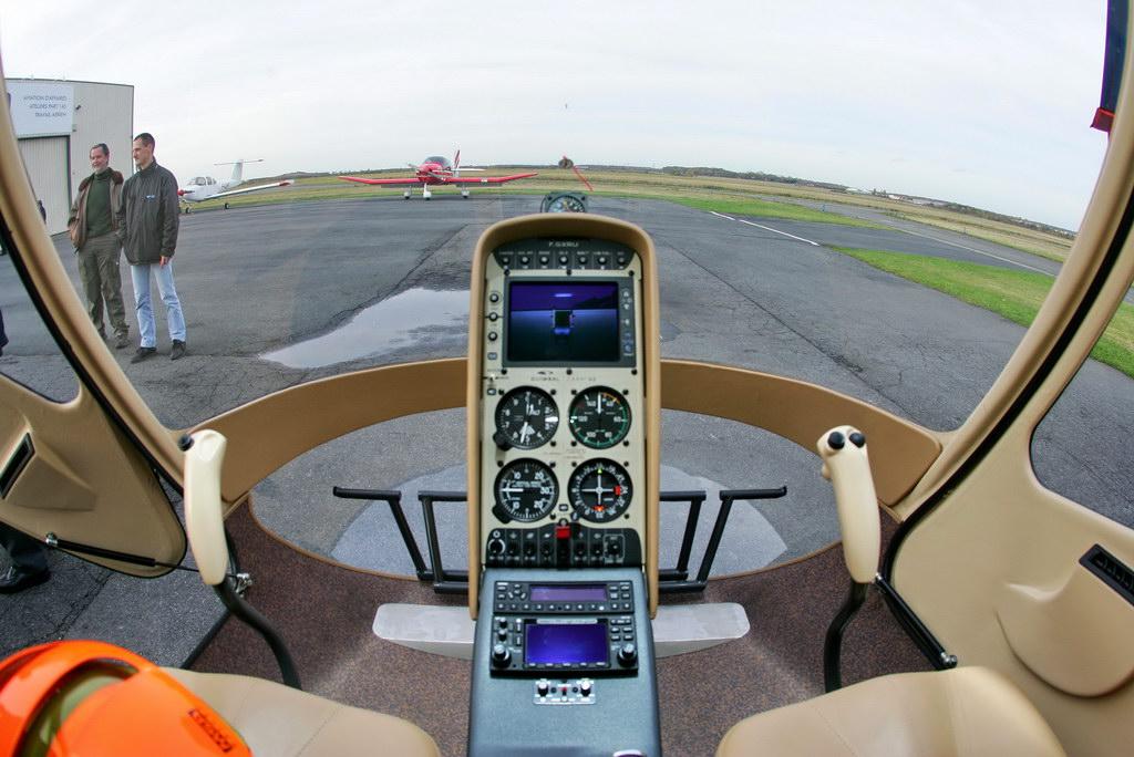 vue panoramique du cockpit et le tableau de bord du cabri photo laurent
