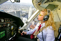Stacey Sheard auxcommandes du Bell 430 N901RL au-dessus du centre de Los Angeles - Photo DR
