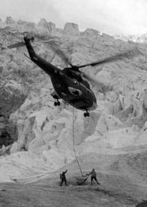 Stationnaire du SA-330 Puma de l'armée de l'air en bas au glacier des Bossons - Photo DR collection CELAG