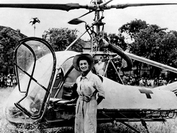 Valérie avec son hélicoptère Hiller Model 360 (UH-12) en Indochine en 1951. Collection Philippe Boulay