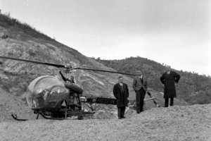 Bell 47 G2 F-BHMG de la Protection civile sur le barrage de Malpasset en décembre 1959 - Photo © Philippe Le Tellier - Getty Images