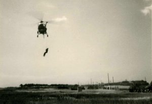 Hélitreuillage avec l'Alouette 2 F-ZBAB Protection civile vers 1962 ou 63 - Photo DR spotting.web